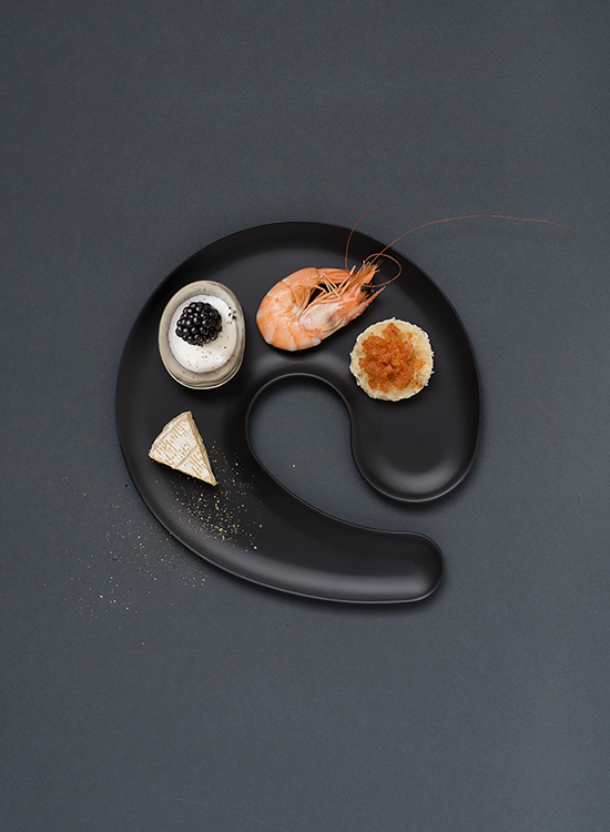 Plate with wine glass holder in nordic design
