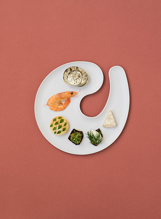 plate for standing events, parties, weddings and receptions in a nordic design, inspired by a shrimp
